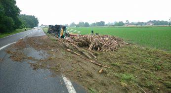 Hautes Pyrénées. un camion chargé de bois termine sa course sur le bas côté