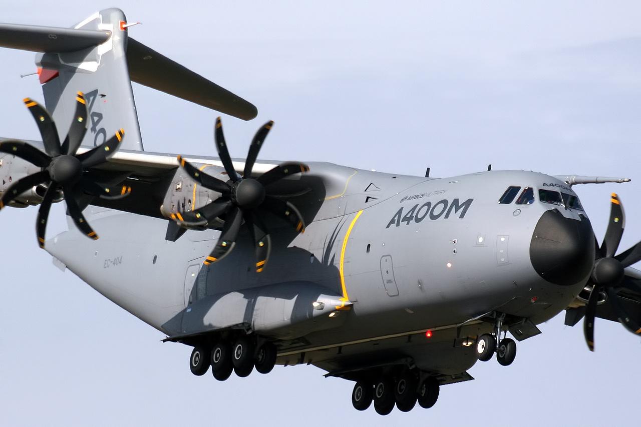 Premiers sauts d'entraînement depuis l' Airbus A400M pour les paras de Tarbes