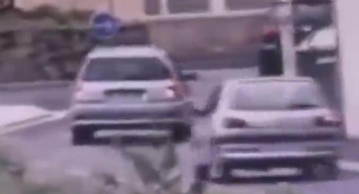 Alès un chauffard percute deux policiers