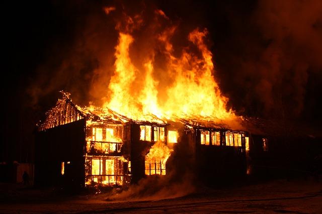 """Incendie """"Dixie Fire"""" en Californie : 6 000 pompiers mobilisés, plus de 1 000 maisons détruites"""