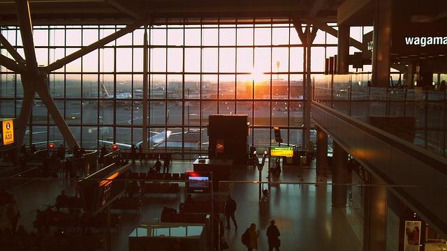 Après la levée de la quarantaine pour certains voyageurs vers le Royaume-Uni, des retrouvailles émouvantes à l'aéroport d'Heathrow