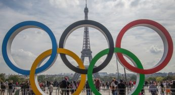 Le drapeau olympique flotte sur Paris