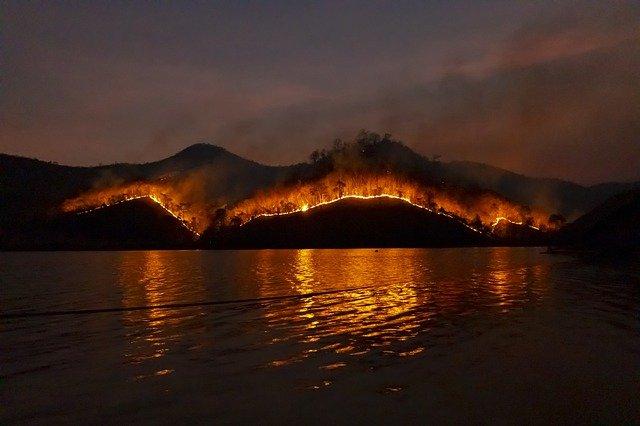 En Grèce et en Turquie, de violents incendies toujours actifs