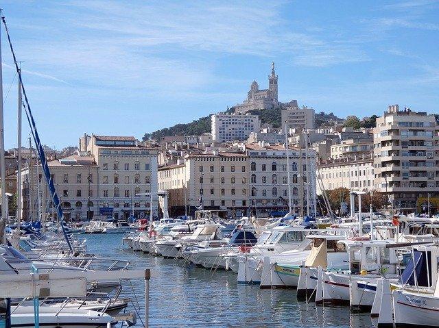 Marseille, le discours de Macron interrompu par la pluie